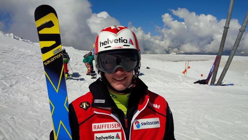 Luca Aerni geniesst sein erstes Schneetraining in diesem Sommer.