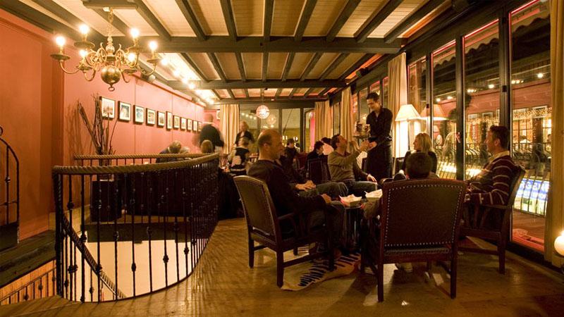 Die Papa Caesar Lounge Bar des Unique Hotel Post in Zermatt ist Winter wie Sommer einen Besuch wert.