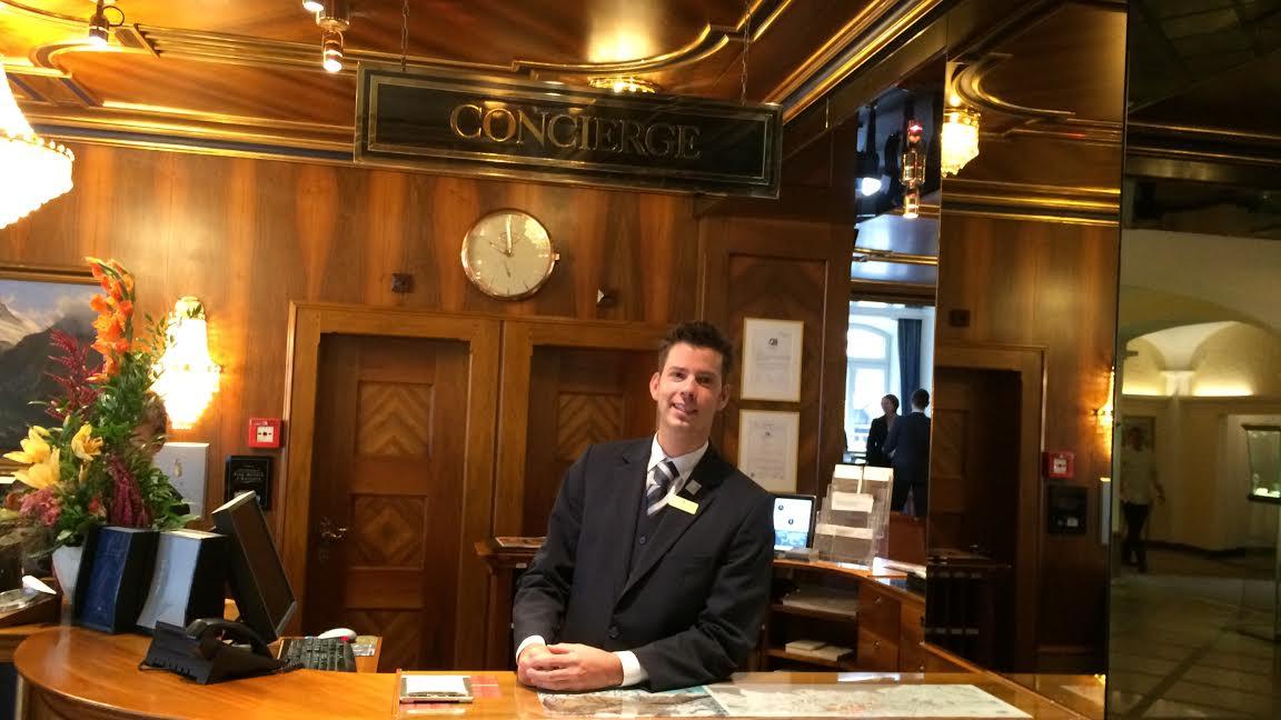 Sven Ramsauer arbeitet als Concierge und hilft den Gästen bei der Urlaubsplanung.