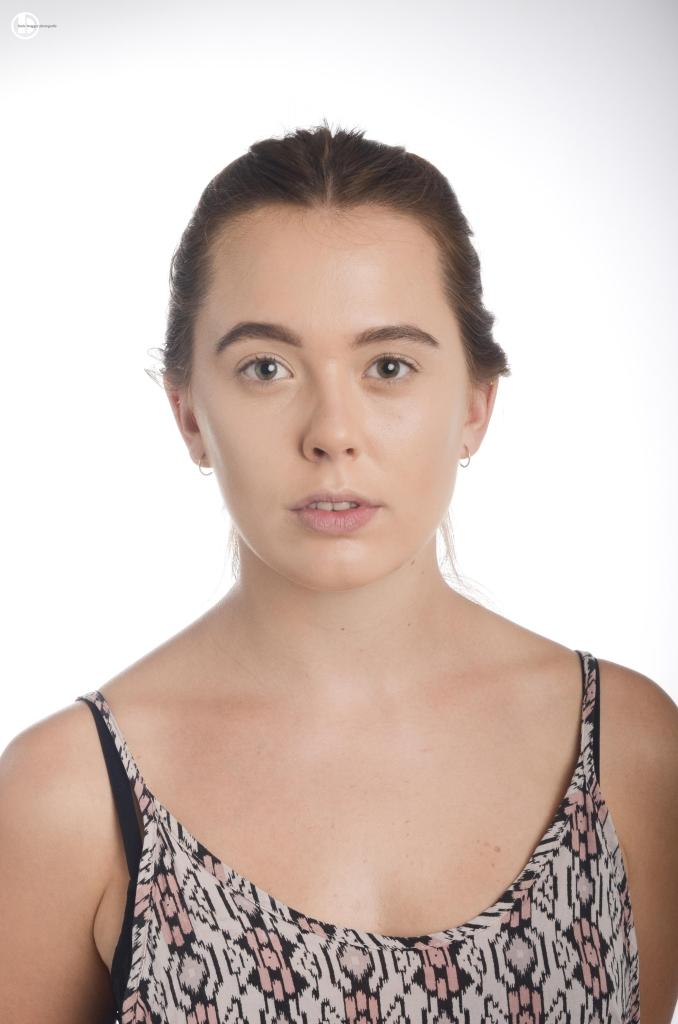 """Open-Air-Make-Up-Tipps: Benutze einen Lidschattenprimer, so hält das Augen-Make-Up länger! Die aufgetragene Foundation und den Concealer gut mit transparentem Puder abtupfen! Schritt 1 Eine wasserfeste Foundation ist besonders Open-Air-tauglich (MAC """"Waterproof Pro Longwear Foundation""""). Die Foundation mit Pinsel oder Schwämmchen auftragen. Für den besonderen Frischekick einen passenden Concealer verwenden, um die Augenschatten abzudecken. Lass dich für eine typengerechte Farbe beraten. Für mehr Ausdruck, die Augenbrauen mit einem Augenbrauenstift oder Augenbrauenpuder betonen. Günstige Alternativen zu den MAC-Produkten: - Foundation und Concealer, zum Beispiel von Maybelline NY - Augenbrauenkit zum Beispiel von Essence"""