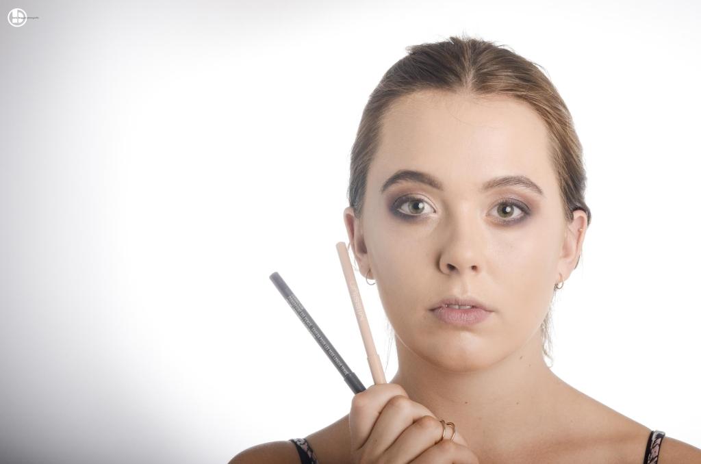 """Schritt 4 Dunkelvioletter Eyeliner (z.B. Max """"Prunella"""") am oberen und unteren Wimpernkranz dünn auftragen. Den Lidstrich mit einem schwarzen Lidschatten und einem spitzen Pinsel verblenden (weicher machen). Auf dem unteren Lidbalken einen hautfarbenen Kajal auftragen. Dies vegrösstert das Auge optisch. Günstige Alternativen zu MAC/Misslyn Produkten: Eyeliner dunkelviolett und nude von MaxFactor"""