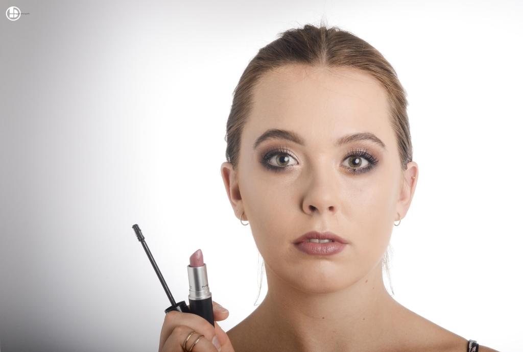 """Schritt 5 Mascara und einen natürlichen, leicht getönten Lippenstift (MAC """"Sirup"""") auftragen."""