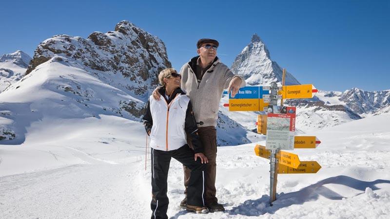 Auf dem Panoramaweg von Rotenboden auf den Riffelberg geniessen Winterwandrer eine unglaubliche Aussicht.