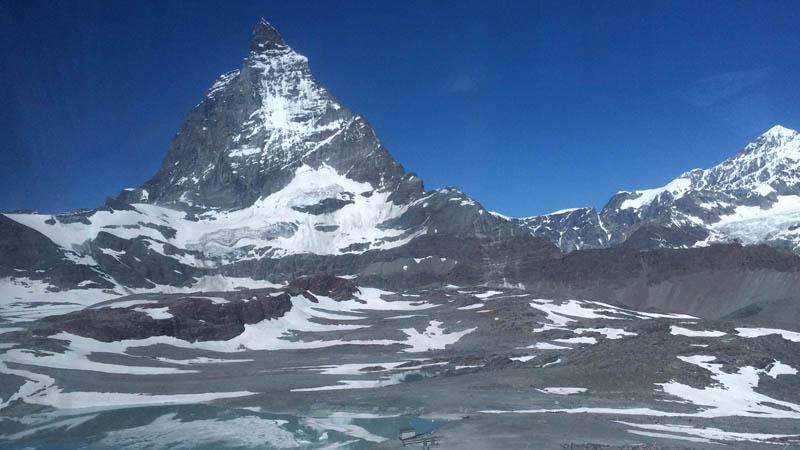 Der berühmte Berg von Zermatt ist von drei Plätzen im Dorf am Schönsten zu fotografieren.