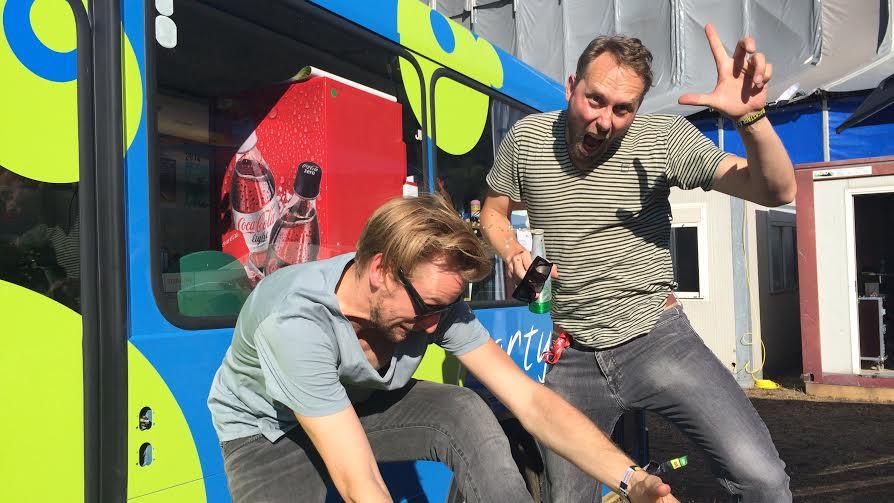 Simon Jäggi (l.) und Urs Gilgen von den 'Kummerbuben' genossen die Stimmung in Gampel. Auf und neben der Bühne.