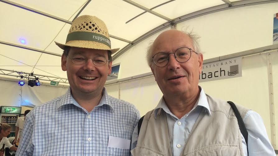 Franz Ruppen (l.) und Thomas Burgener am Apéro für geladene Gäste am Gampel Open Air.